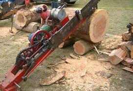 picture of wood saw and saw dust